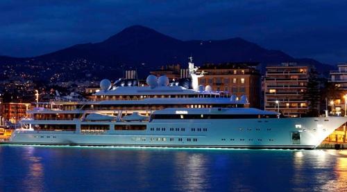 Sở hữu siêu du thuyền giống với chiếc Katara dài 124 mét của Tiểu vương Qatar.