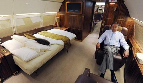 Mua một chiếc máy bay riêng, giống chiếc Airbus A310 trong ảnh, trị giá khoảng 46 triệu USD.