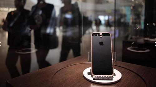 Mua một chiếc điện thoại iPhone nạm viền kim cương với giá 25.000 USD.