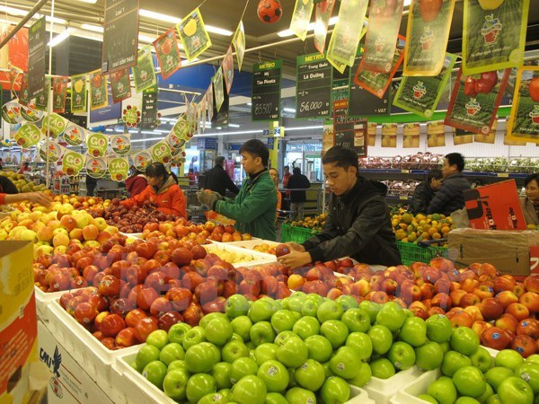 Người tiêu dùng mua hoa quả tại siêu thị. (Ảnh: Đức Duy/Vietnam+)