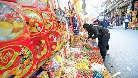 Ngồn ngộn bánh kẹo ngoại tại Hà Nội dịp giáp Tết. Ảnh: Như Ý.