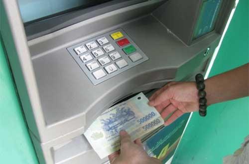 Máy ATM giúp đẩy mạnh phương thức thanh toán không dùng tiền mặt