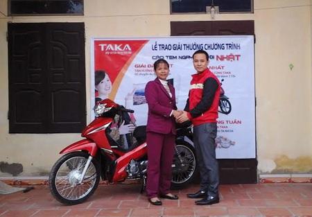 Bếp Taka trao xe Honda Wave 110s tận nhà khách hàng