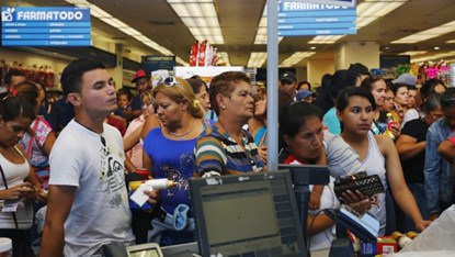 Dân Venezuela xếp hàng mua bao cao su và thuốc tại một cửa hàng dược phẩm