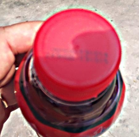 Nắp chai còn nguyên và ghi rõ hạn sử dụng đến ngày 13.10.2015.