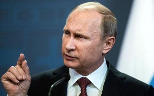 Tổng thống Nga Vladimir Putin phát biểu tại một cuộc họp báo ở Budapest ngày 17/2 - Ảnh: Bloomberg.