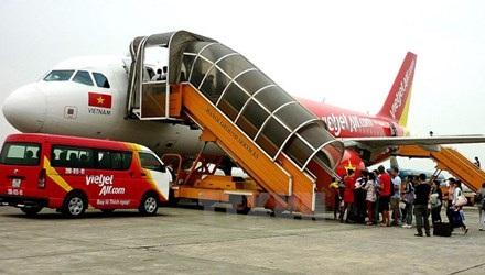 Máy bay của Vietjet Air đón khách tại sân bay quốc tế Nội Bài. (Ảnh: Huy Hùng/TTXVN)