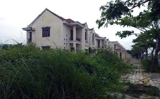 Dãy biệt thự bị bỏ hoang, cỏ mọc lút đầu người