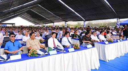 Các đại biểu cùng chứng kiến các hoạt động chào mừng lễ khởi công
