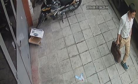 Một đối tượng trong nhóm lừa đảo bị camera an ninh ghi lại.