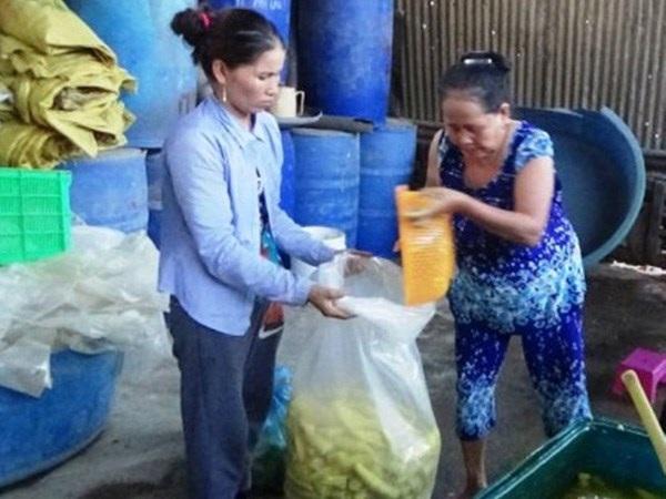 Bà Lập (bên phải) cùng lượng măng đặc sản vừa ngâm hóa chất