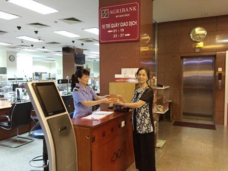 Bảo vệ Agribank trao trả ví tiền cho bà Vũ Thị Thâu