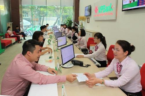 Khách hàng giao dịch vay vốn tại Hội sở VPBank. Ảnh: Trần Việt - TTXVN
