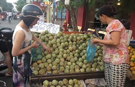 Trái cây đặc sản miền Tây tràn vỉa hè Sài Gòn, giá rẻ như cho. Ảnh: Tú Uyên