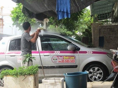 Tiệm rửa xe ô tô mọc lên và rất đắt hàng