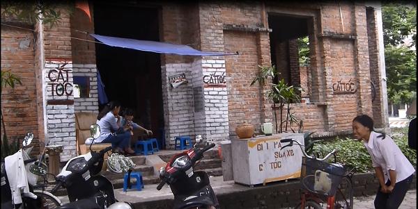 Tiệm cắt tóc, trà đá mọc ngay giữa căn biệt thự bỏ hoang