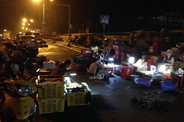 Hàng ngàn người kinh doanh ở chợ Long Biên đã có thể thở phào.