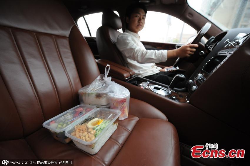 Sốc đại gia 9x lái xe xịn giao đồ ăn nhanh