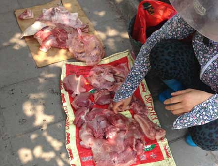 Thịt lợn được bày bán ngoài chợ với thời tiết nắng nóng của mùa hè rất dễ bị ôi thiu