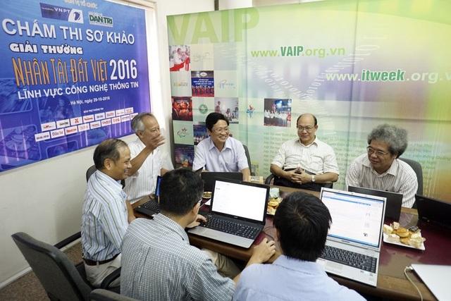 Các thành viên Hội đồng chấm Sơ khảo Nhân tài Đất Việt 2016 rất căng thẳng khi lựa chọn các sản phẩm ấn tượng nhất. Ảnh: Hữu Nghị.