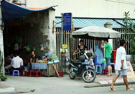 """Hà Nội: Quán cóc """"bao vây"""" bến xe buýt - 1"""