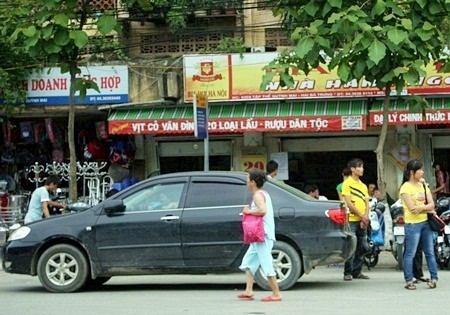 """Hà Nội: Quán cóc """"bao vây"""" bến xe buýt - 2"""