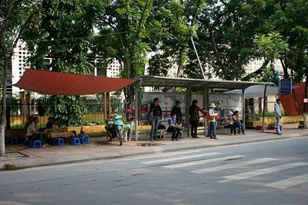 """Hà Nội: Quán cóc """"bao vây"""" bến xe buýt - 5"""