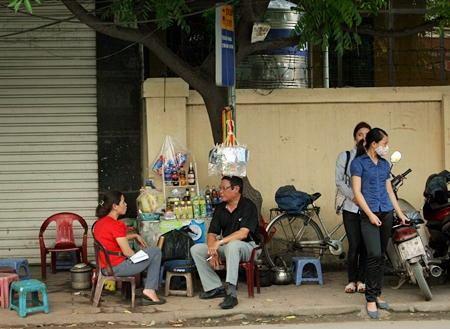 """Hà Nội: Quán cóc """"bao vây"""" bến xe buýt - 7"""