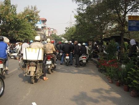 """Đường Kim Ngưu thành """"điểm đen giao thông"""" vì loạn họp chợ - 11"""