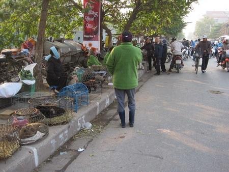 """Đường Kim Ngưu thành """"điểm đen giao thông"""" vì loạn họp chợ - 7"""
