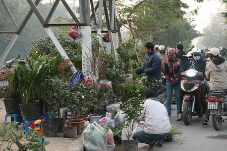 """Đường Kim Ngưu thành """"điểm đen giao thông"""" vì loạn họp chợ - 4"""