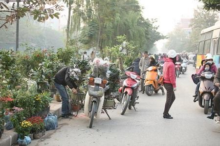 """Đường Kim Ngưu thành """"điểm đen giao thông"""" vì loạn họp chợ - 5"""