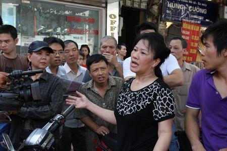 Đại diện gia đìnhsố 194 phố Huế đau xót trình bày lại vụ việc cưỡng chế