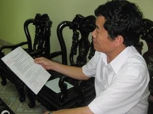 Ông Hoàng Văn Dũng trao đổi về kết quả xét nghiệm. (Nguồn: báo Thái Nguyên)