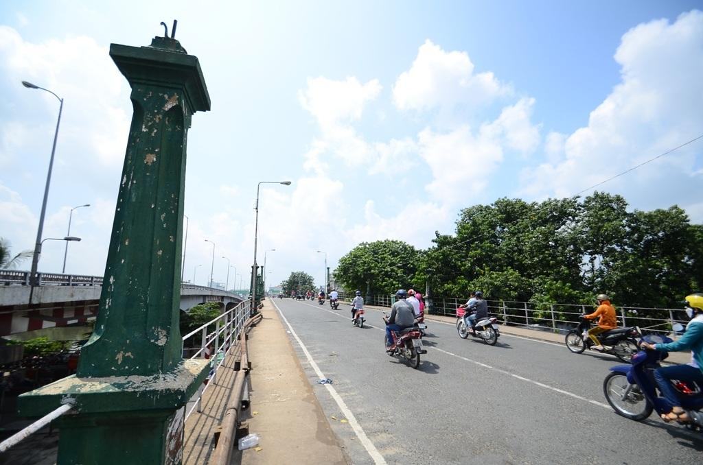 Cầu Nhị Thiên Đường 1 90 tuổi bắc qua kênh Đôi, nối vùng Chợ Lớn với các tỉnh miền Tây