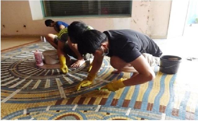"""Công việc bảo tồn chính là nhằm gìn giữ các hoa văn bằng gạch mosaic của công trình cũ, khó khăn nhất là cầu thang chính. Mosaic (còn được gọi là """"ghép mảnh"""" hoặc """"khảm"""") là một hình thức nghệ thuật trang trí - tạo ra hình ảnh từ tập hợp gồm những mảnh nhỏ của vật liệu – được gọi là """"vật để khảm""""."""
