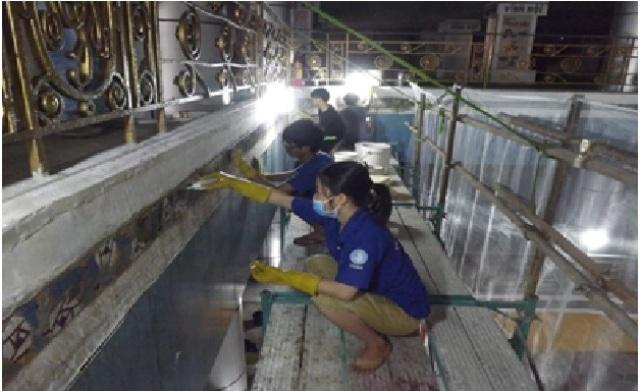 Ở một số vị trí, gạch bị nhiễm muối và phải được khử mặn bằng phương pháp thẩm thấu để ngăn chặn việc phá hủy gạch trước khi tiến hành vệ sinh.