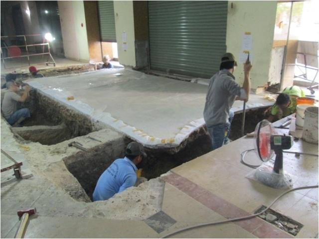 Đào đất xung quanh để bóc tách khảm gạch phía đường Nguyễn Huệ.