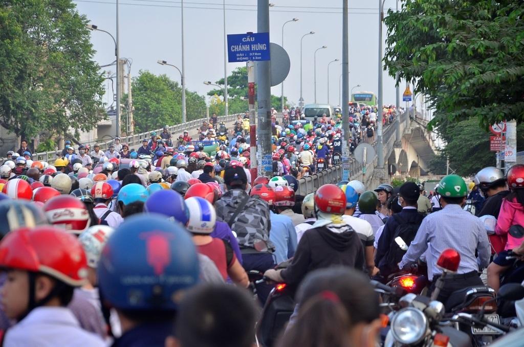 Hàng nghìn phương tiện nối đuối qua cầu Chánh Hưng, quận 8 (ảnh Đình Thảo)