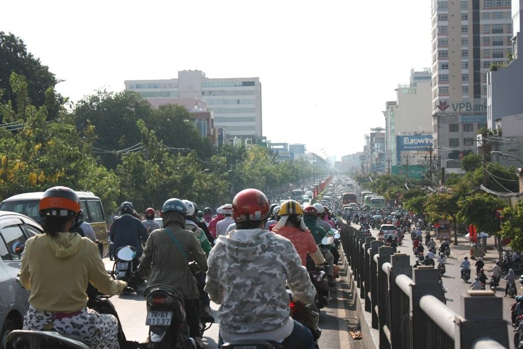 Theo các chuyên gia, cầu vượt sẽ góp phần giải quyết ùn tắc tại các giao lộ. Trong ảnh: cầu vượt Hoàng Hoa Thám, quận Tân Bình (ảnh Quốc Anh)