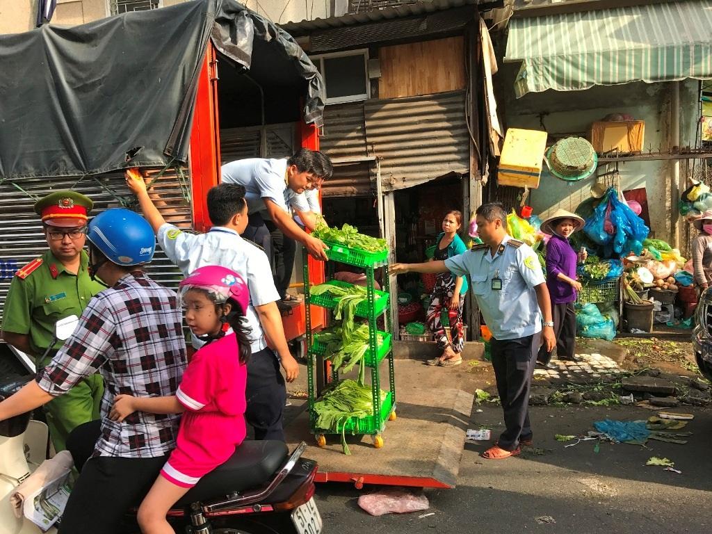Lực lượng chức năng quận Bình Thạnh ra quân xử lý các điểm lấn chiếm vỉa hè xung quanh chợ Bà Chiểu