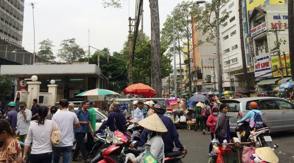 Hàng rong, xe ôm trước cổng bệnh viện Chợ Rẫy gây nhếch nhác, rối loạn giao thông