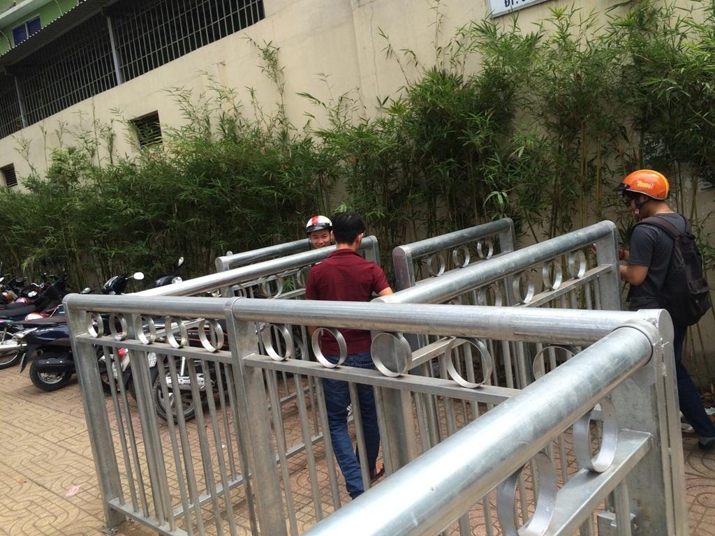 Người đi bộ khá vất vả khi vào lối đi bộ trong rào sắt như mê hồn trận