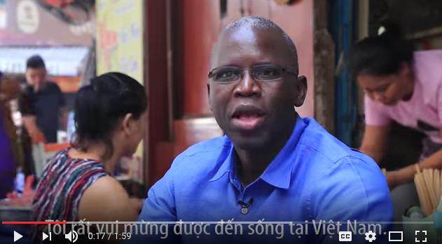 Ông Ousmane thưởng thức các món ăn Việt Nam và trò chuyện vui vẻ với người dân.