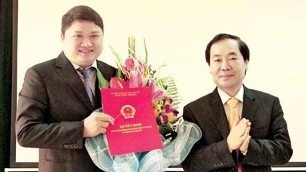 Ông Vũ Đình Duy (bên trái, cầm quyết định) tại lễ công bố quyết định bổ nhiệm - hiện đang không biết ở đâu.