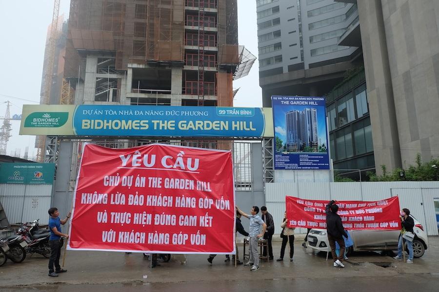 Khách hàng góp vốn chăng băng rôn phản đối chủ đầu tư dự án Bidhomes The Garden Hill.