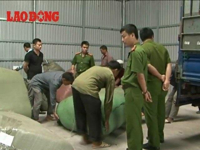 Lực lượng công an kiểm tra kho hàng lậu ở TP Móng Cái của Thắng cảnh. (Ảnh: LaoĐộng)