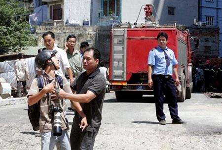 Phóng viên bị cản trở tác nghiệp trong một vụ cháy ở Hà Nội (Ảnh: T.N)