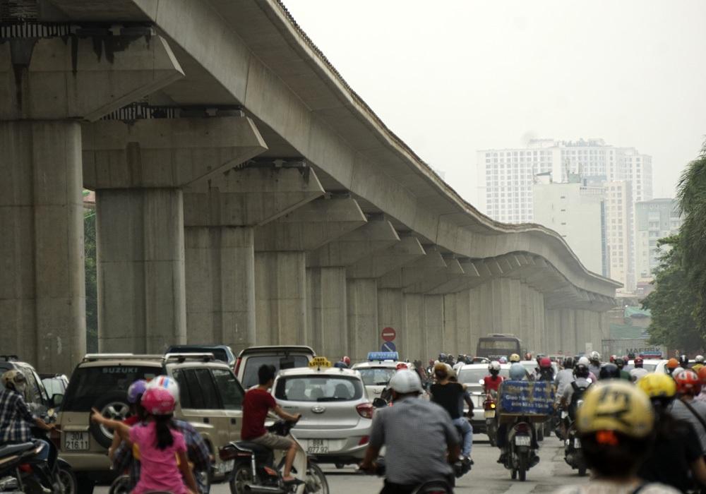 Đường sắt Cát Linh- Hà Đông uốn lượn dọc đường Nguyễn Trãi (Ảnh: Hữu Nghị).