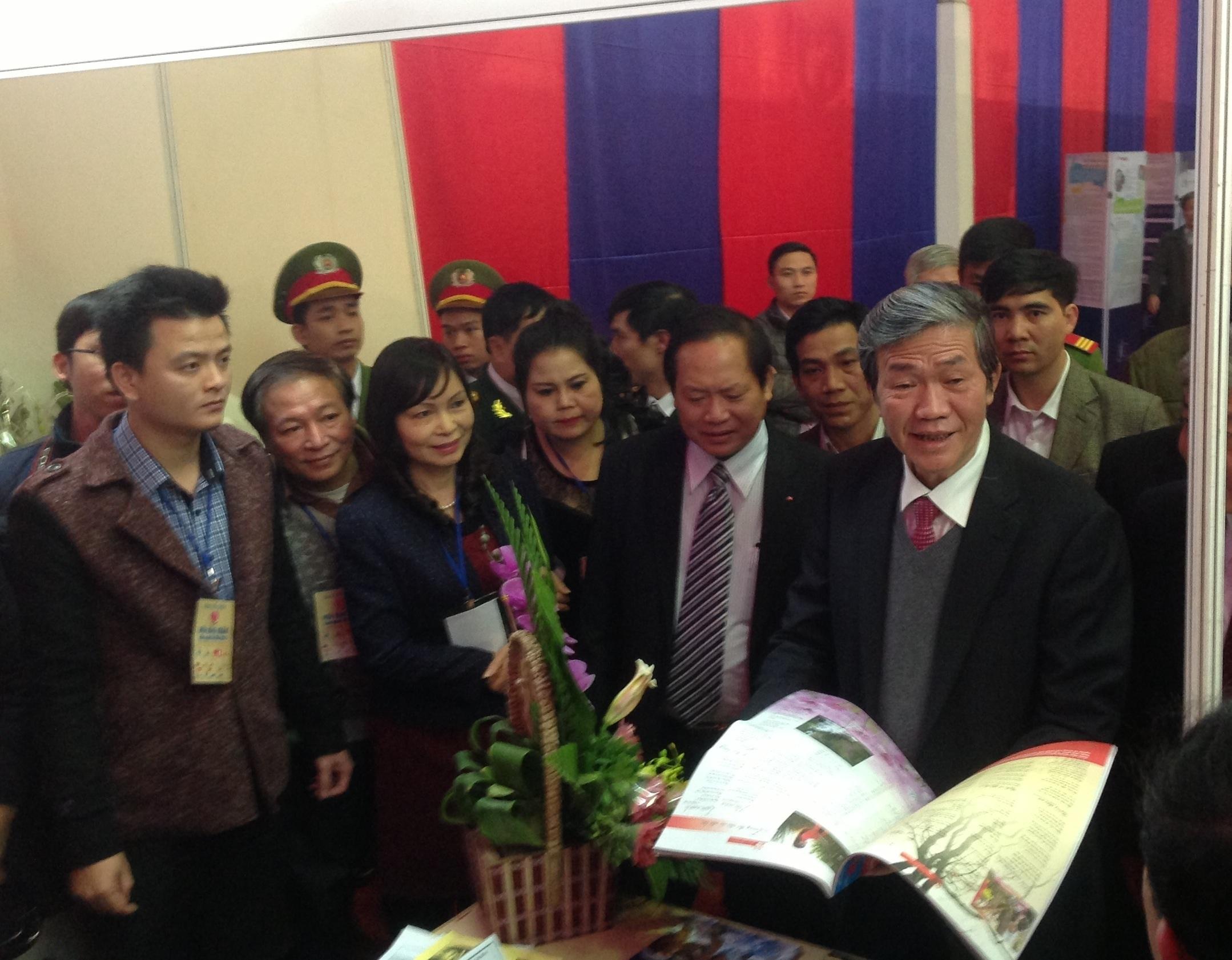 Ông Đinh Thế Huynh thăm các gian hàng báo Xuân.
